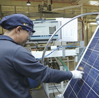 Every REC panel undergoes a detailed inspection before leaving its production site